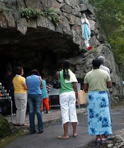 Pèlerins devant la grotte