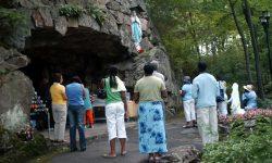 Pèlerins devant la grotte, sanctuaire de Rigaud