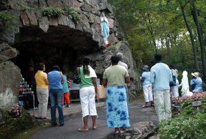 Pèlerins en face de grotte