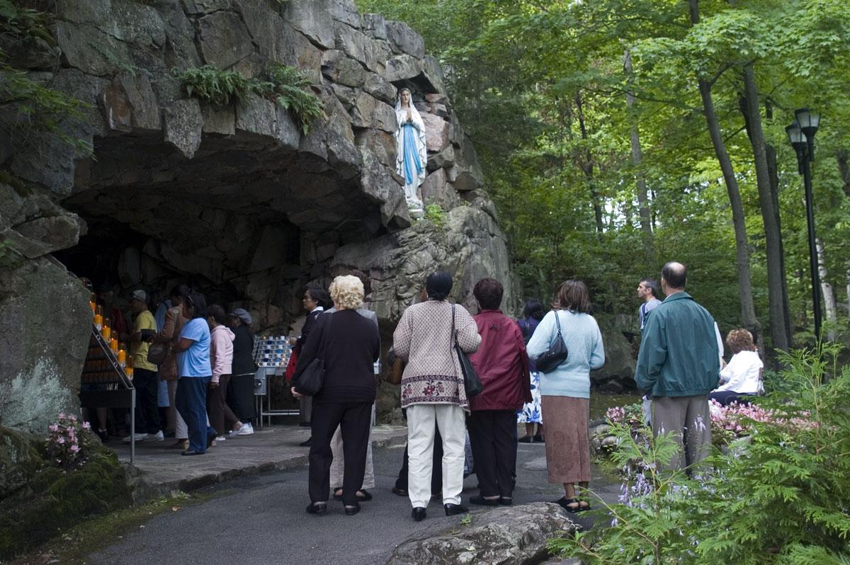 Pèlerins en visite à la grotte - Apparition de la Vierge