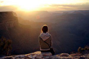 Personne, soleil et montagnes