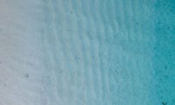 Eau, plage, profondeur - Photo par Damon Hall (unsplash.com)