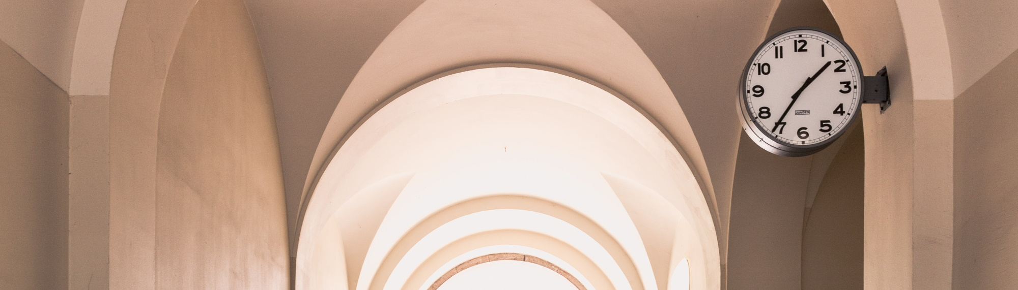 Monastère et horloge - Photo par Marten Bjork (unsplash.com)