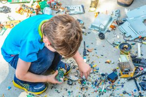Enfant qui invente par Kevin Jarrett (unsplash.com)