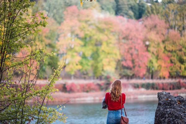 Femme dans nature silencieuse par Alessandra Caretto (unsplash.com)