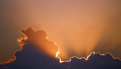 Lumière et nuages par Marcus Dallcol (unsplash.com)