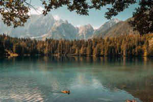 Beauté d'un lac par Claudia Chiavazza (unsplash.com)