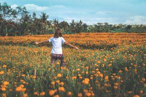 Personne dans la nature en fleurs par Artem Beliaikin (unsplash.com)