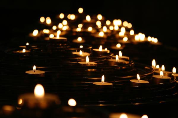 Bougies, lumière, chaleur par Mike Labrum (unsplash.com)
