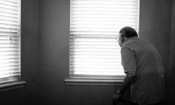 Personne âgée seule par Alex Boyd (unsplash.com)