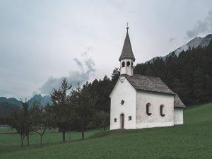 Petite église, ermitage par Robin Spielmann (unsplash.com)