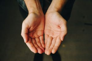 Mains - Accueil par Andrew Moca (unsplash.com)