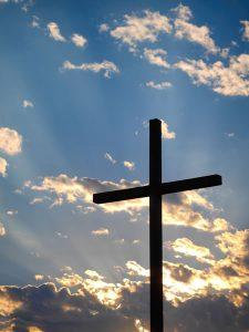 Croix, lumière de Aaron Burden (unsplash.com)