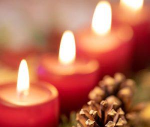 Bougies de l'avent - Par Daniel Sessler (unsplash.com)