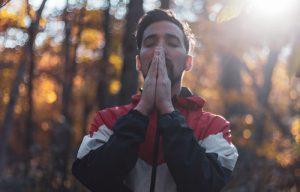 Man in prayer (by Rosario Janzo - Unsplash.com)