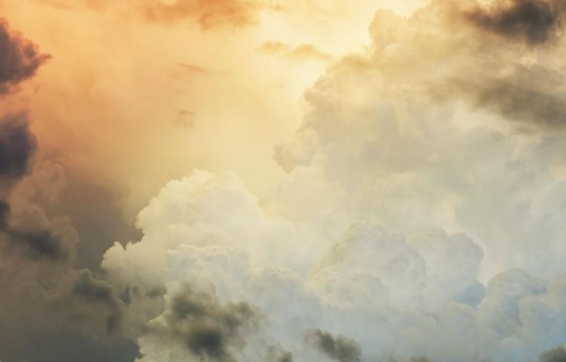 Sky with clouds (by Carlos Kenobi - unsplash.com)