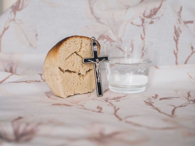 Bread, water and cross from Kamil Szumotalski (unsplash.com)