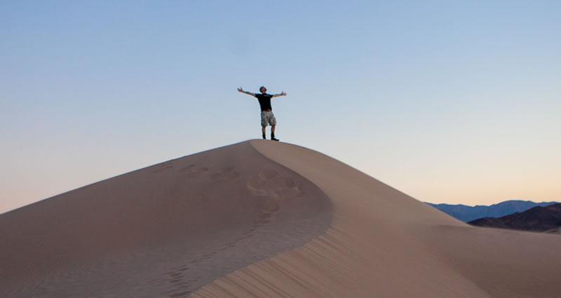 Homme dans le désert qui s'émerveille de Omar Prestwich (unsplash.com)