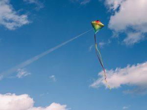 Cerf-volant au vent par Aaron Burden (unsplash.com)