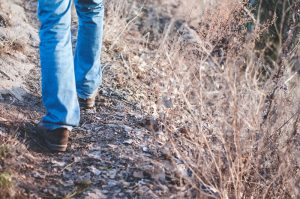 Homme qui marche de Olia Gozha (unsplash.com)
