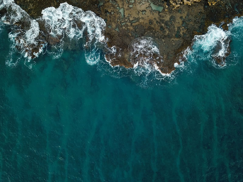 Vague sur sol pierreux par Michael Olsen (unsplash.com)