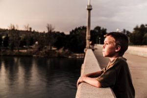 Enfant en contemplation de Japheth Mast (unsplash.com)