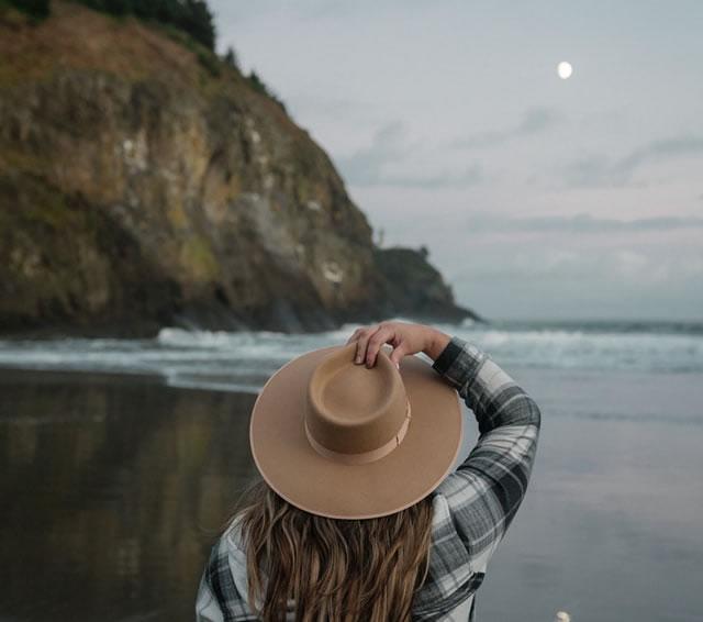 Jeune femme en contemplation par Karsten Winegeart (unsplash.com)