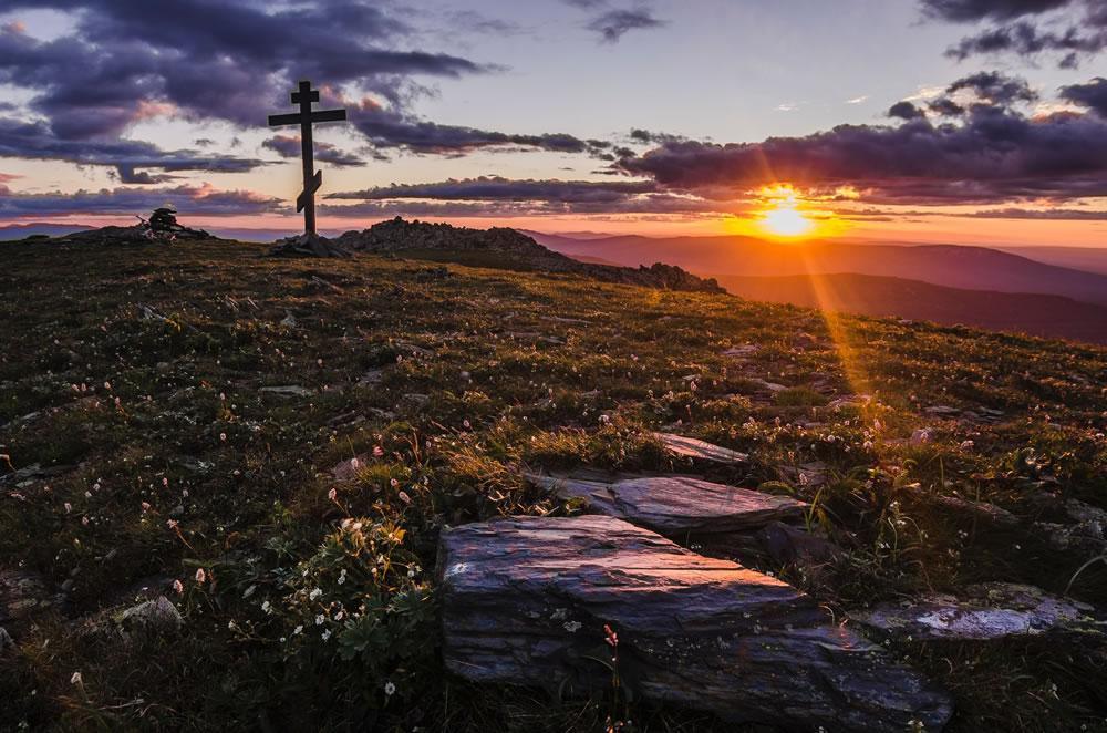 Soleil, chroix, terre et fleurs par Daniil Silantev (unsplash.com)