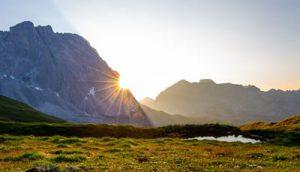Soleil et montagne par Damian Markutt (unsplash.com)